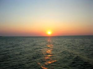 Romantischer Sonnenuntergang über der Ostsee